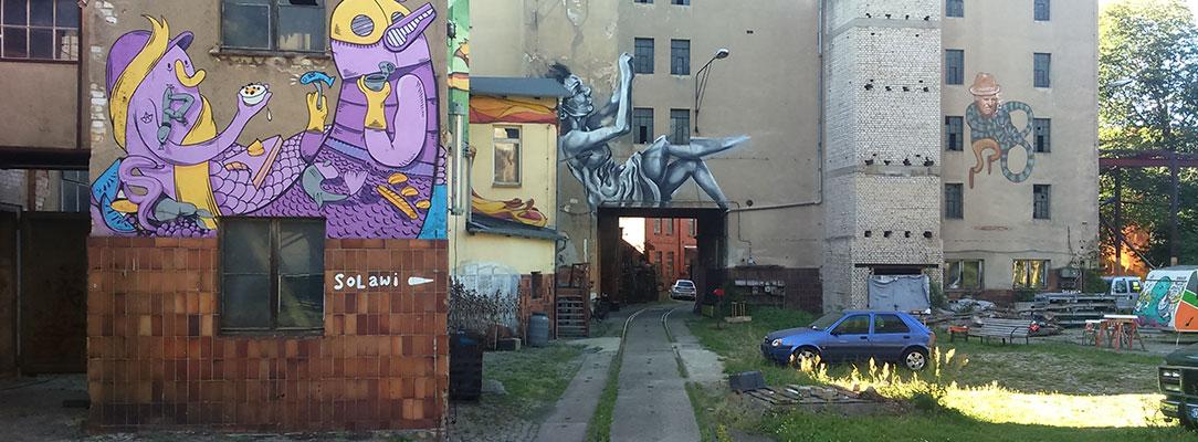 Hinterhof mit Graffitis an Häuser